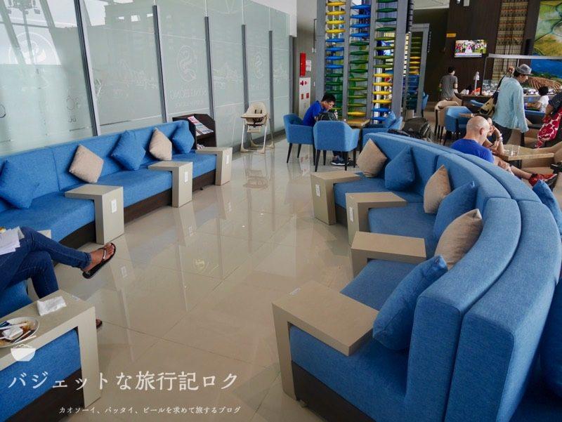 ハノイ・ノイバイ国際空港のプライオリティパスで入れるソン・ホン・ビジネス・ラウンジ(くつろげそうなソファ)