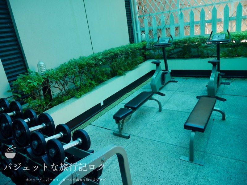 ベトナム・ホーチミンシティ1区のサイゴンプリンスホテル(ジムエリア・なぜか室外にもトレーニング機器が)