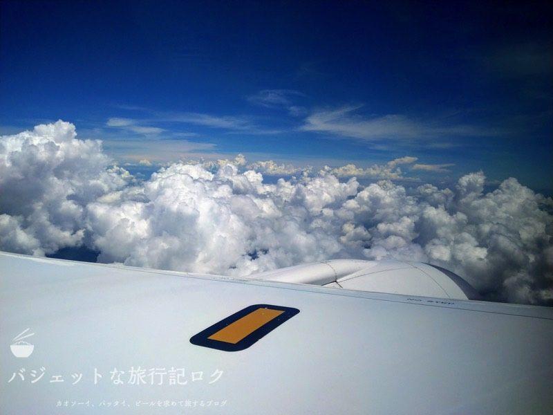 ANA搭乗機羽田からマニラ(NH869便) 機内食を終えて空の旅を楽しむ