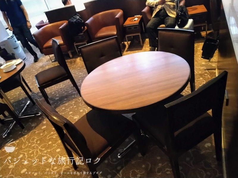 NAIA-T2・マブハイラウンジ(ラウンジ内部テーブル)