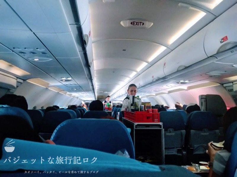 フィリピン航空エコノミークラス機内食の配膳様子