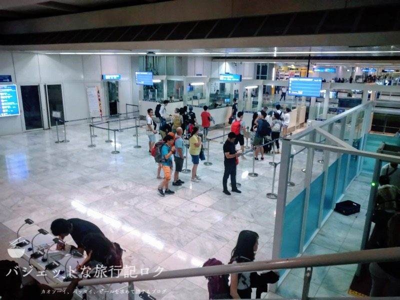 マニラ空港第2ターミナル乗り継ぎ(右手の保安検査場を抜けて上の階に戻る)
