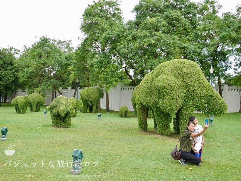 世界遺産アユタヤ観光のバーンパイン宮殿(丁寧にある像の形になっている木々)