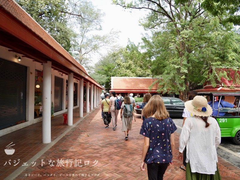 世界遺産アユタヤ観光のワットマハタート(入り口付近)