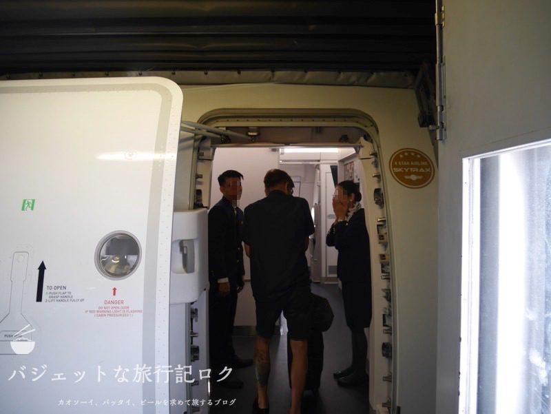 フィリピン航空A350-900へ搭乗。二転三転プレミアムエコノミー(搭乗口付近)