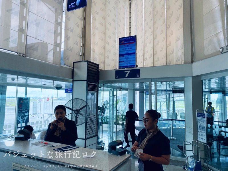 マニラ空港ターミナル2からフィリピン航空への搭乗