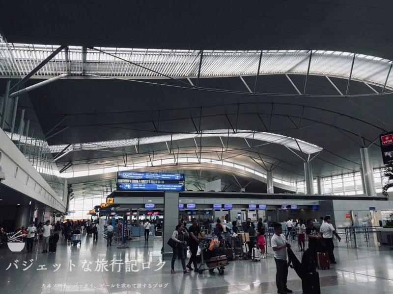 タイ国際航空 ビジネスクラス搭乗記(B777-200/TG551,ホーチミン~バンコク) - タンソンニャット国際空港の出発階入り口付近