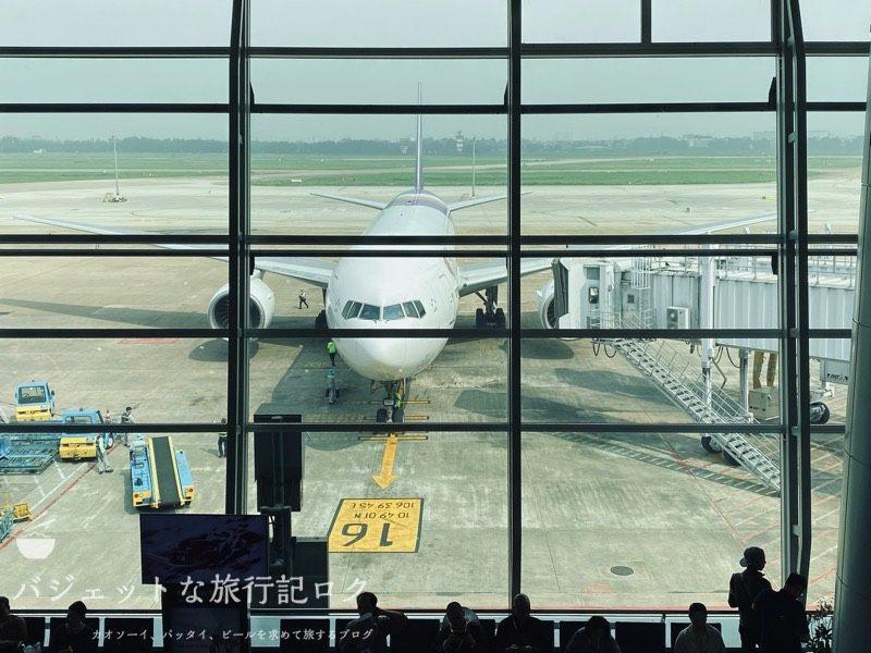 タイ国際航空 ビジネスクラス搭乗記(B777-200/TG551,ホーチミン~バンコク) - ゲート付近から機体を