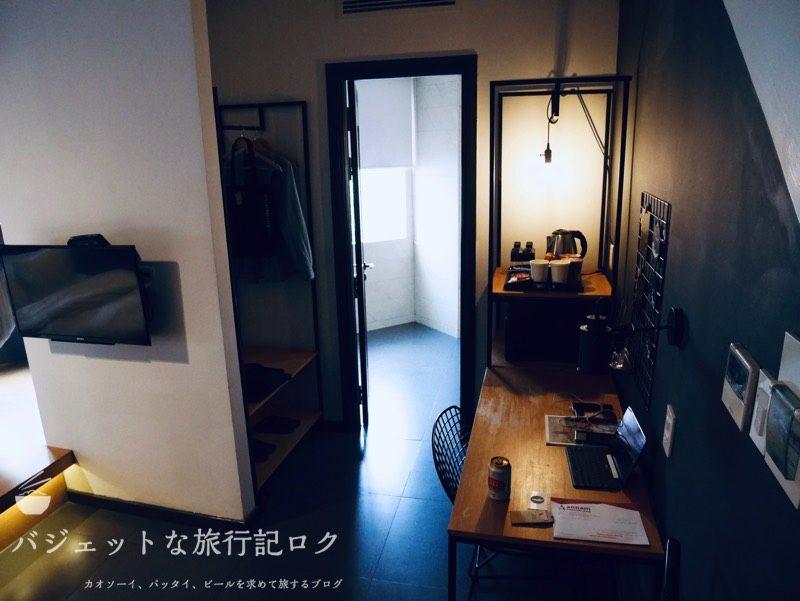 ザ・ハンモックホテルベンタン宿泊記(入り口からデスクやシャワールームを見ています)