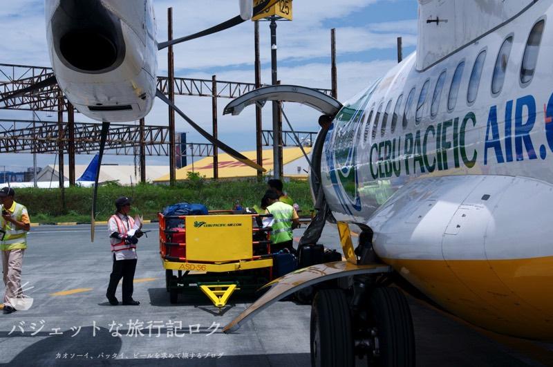 2020年コロン島(ブスアンガ島) への行き方(セブゴーATR機材に荷物が積み込まれる様子)