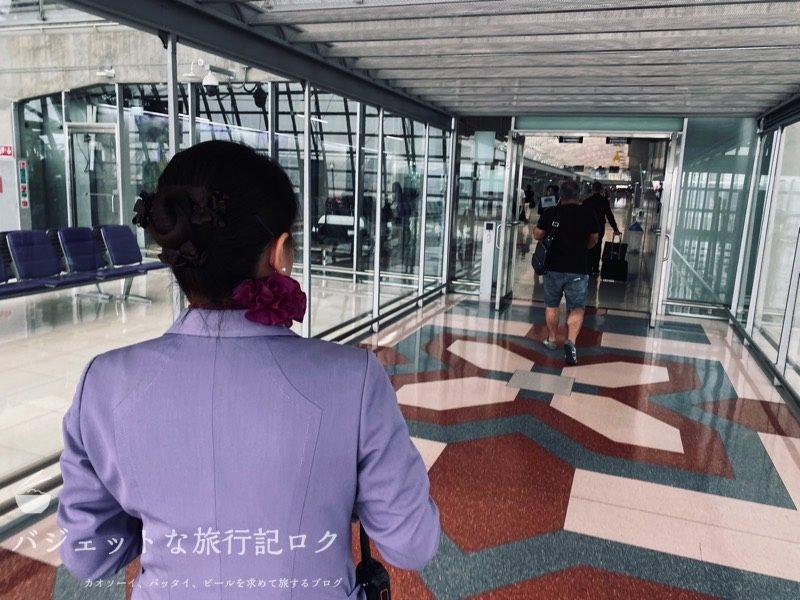 タイ国際航空ジャンボB747-400ビジネスクラス搭乗記(グランドスタッフさんが待機してました)