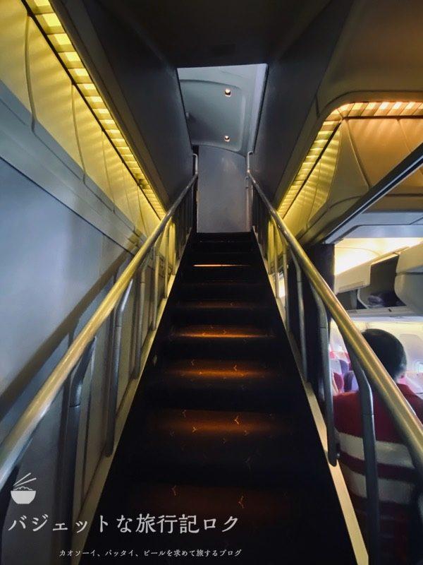 タイ国際航空ジャンボB747-400ビジネスクラス搭乗記(二階へと続く階段)