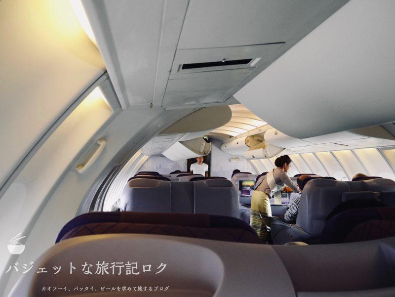 タイ国際航空ジャンボB747-400ビジネスクラス搭乗記(CAさんが慌ただしく配膳開始)