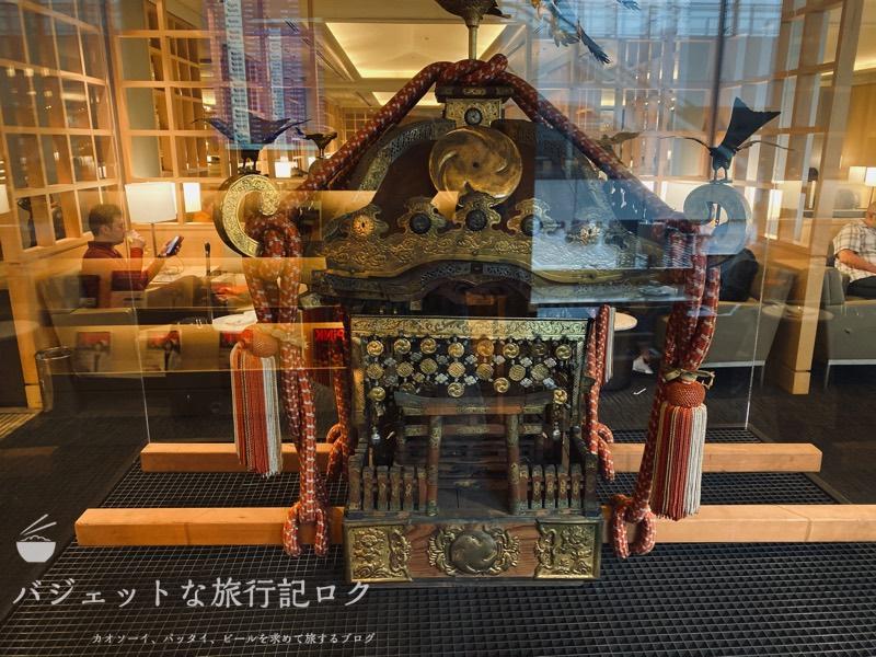 成田空港ユナイテッド航空・ユナイテッドクラブ・ラウンジ(どこの街の御神輿でしょうか)