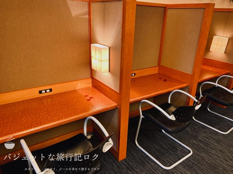 成田空港ユナイテッド航空・ユナイテッドクラブ・ラウンジ(パソコンはないけどデスクはたくさんありました)