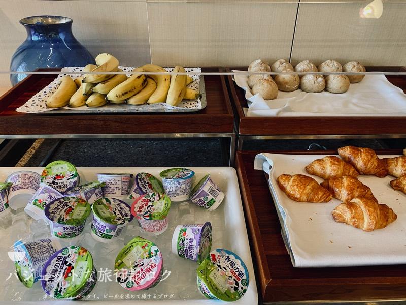 成田空港ユナイテッド航空・ユナイテッドクラブ・ラウンジ(パン類やヨーグルト)