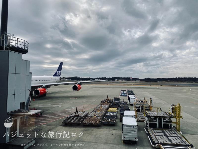 成田空港ユナイテッド航空・ユナイテッドクラブ・ラウンジ(普通に飛行機が駐機しています)