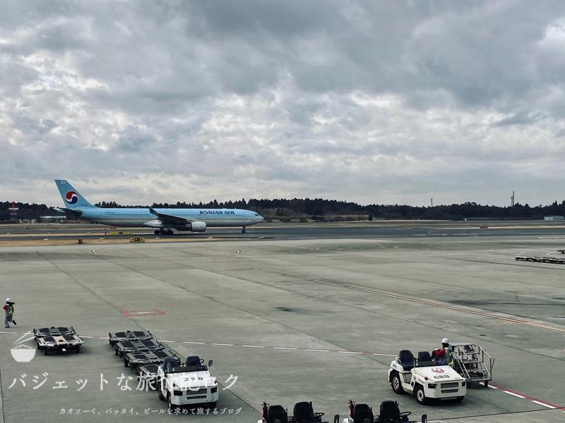 成田空港ユナイテッド航空・ユナイテッドクラブ・ラウンジ(大韓航空がラウンジを素通りしていきます)