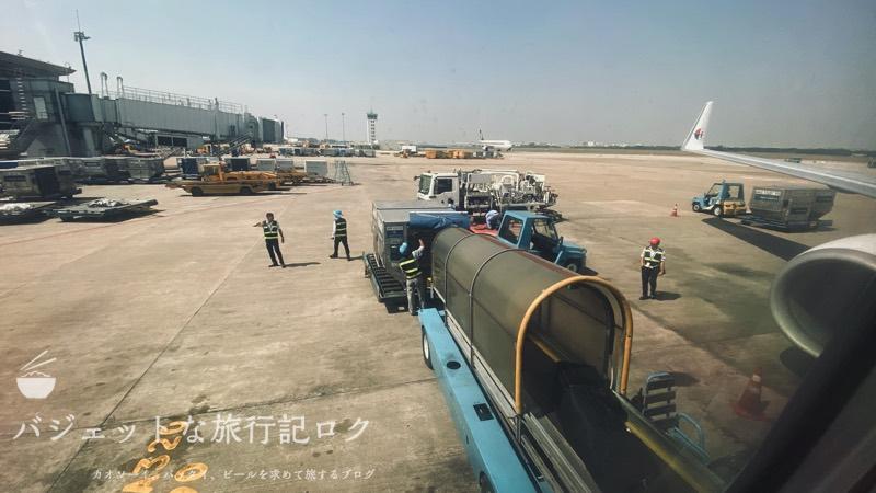 マレーシア航空B737-800/MH751搭乗記(機内から外の様子、荷物を搬入しているのがわかる)