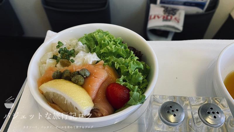 マレーシア航空B737-800/MH751搭乗記(サーモンとポテトサラダの前菜)