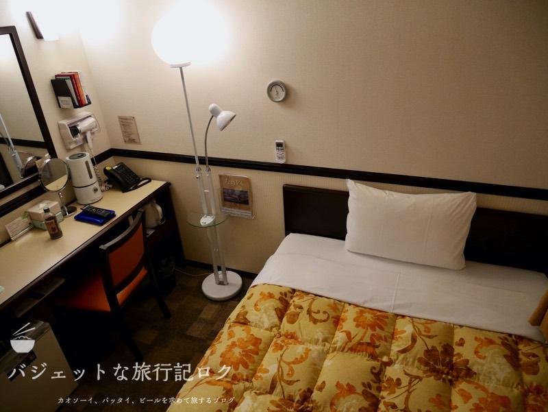 東横イン成田空港新館の宿泊記(ベッドとデスク)