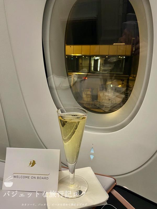 マレーシア航空A350-900ビジネススイート搭乗記(ウェルカムドリンクといえばシャンパンです)