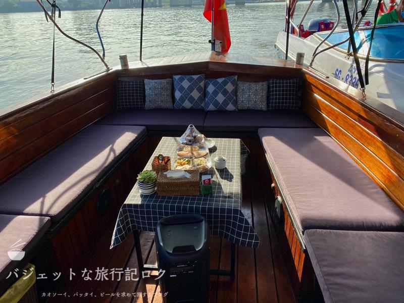 サイゴン川クルーズなら朝食からディナーまで(ボート船内、リラックスできそうな感じ)