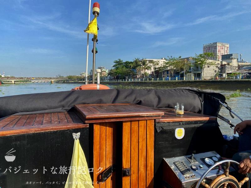 サイゴン川クルーズなら朝食からディナーまで(ボート船内)