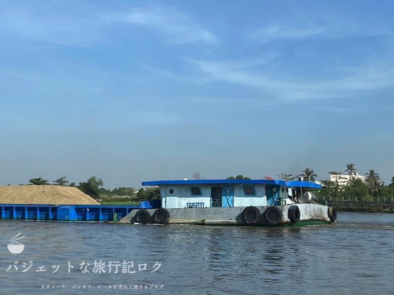 サイゴン川クルーズなら朝食からディナーまで(経済活動の拠点なようで結構な船が行き来します。)