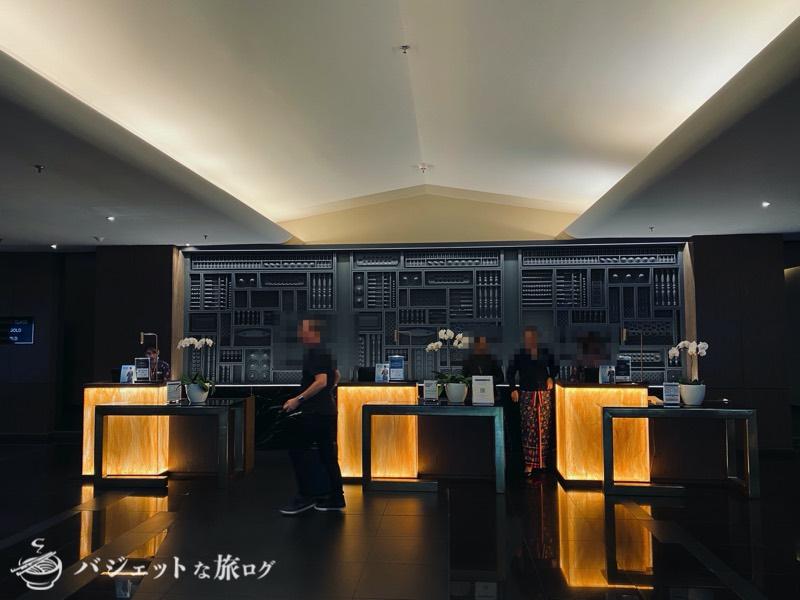 クアラルンプール国際空港・マレーシア航空サテライト側ビジネスクラス・ゴールデンラウンジ(サロンケバヤを身にまとい出迎えるグランドスタッフ)
