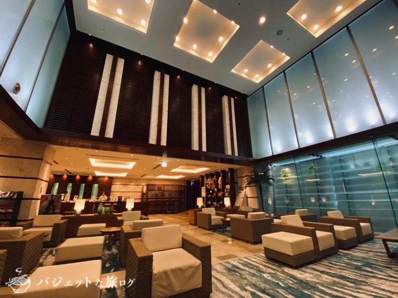 国際通り沿いにあるホテルJALシティ那覇の宿泊記(天井がとても高いロビー)
