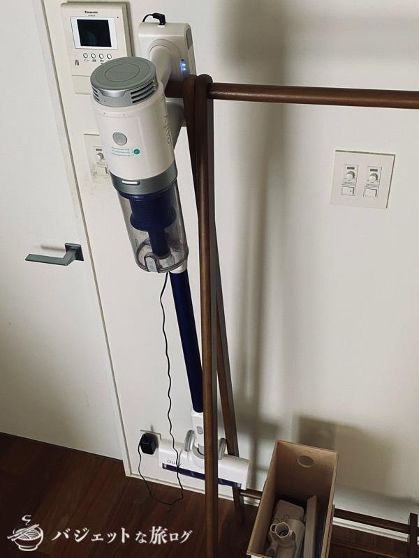 スティック型・サイクロン掃除機「Eufy HomeVac S11 Go」レビュー(壁掛けキットは使わず、衣装掛けにひっかけて収納)