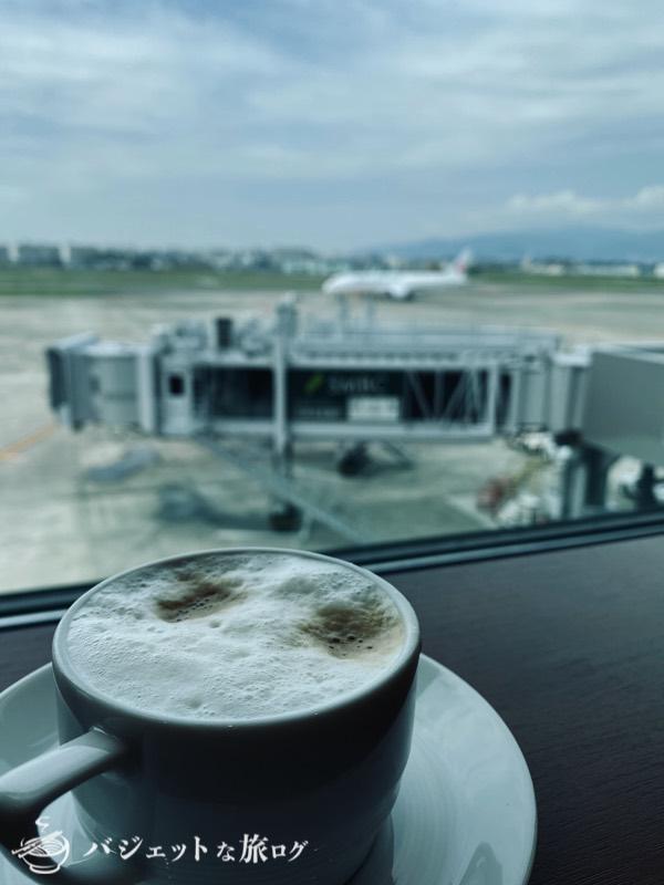 伊丹空港の桜ラウンジにてカプチーノを飲みながら風景を楽しむ