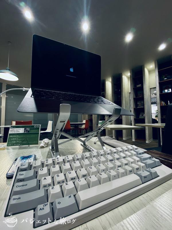 持ち運び軽量タイプの折り畳みノートPCスタンド(作業環境が劇的によくなる)