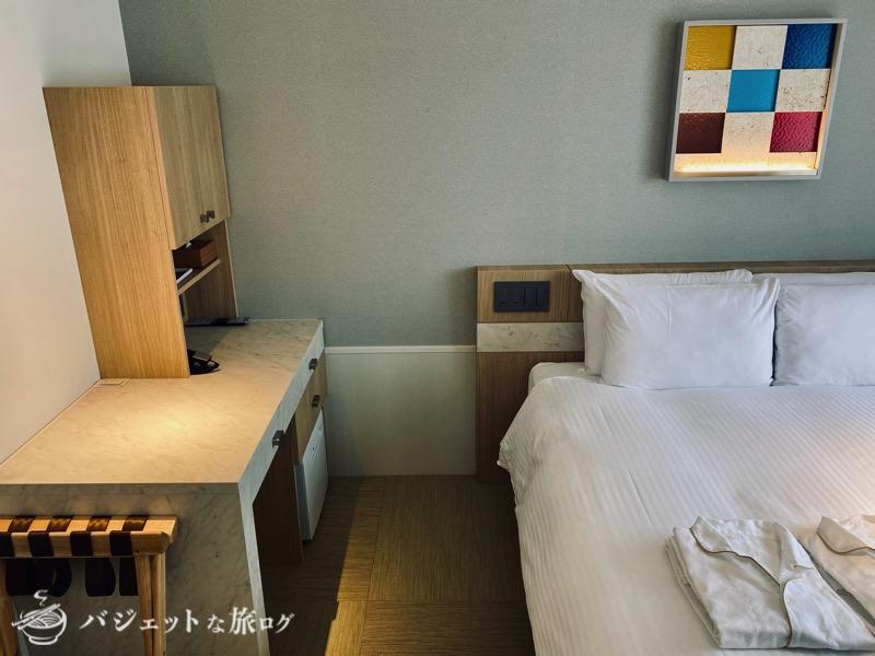 沖縄逸の彩 温泉リゾートホテルのブログ宿泊記レビュー(客室のベッドとデスク)