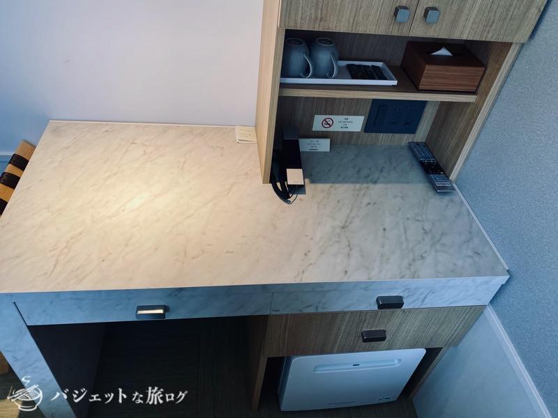 沖縄逸の彩 温泉リゾートホテルのブログ宿泊記レビュー(客室デスクはやや狭い)