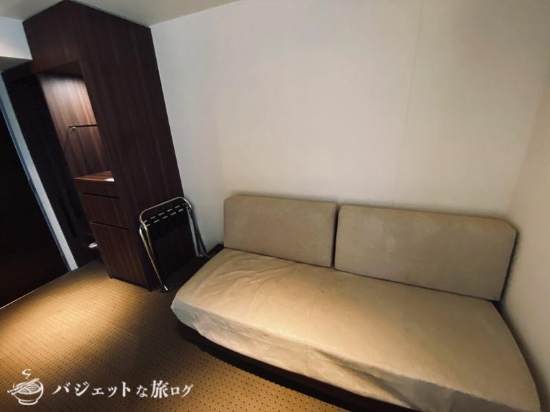 ブログ・口コミレビュー「ホテルアクアチッタナハ by WBF」(客室のやや疲れたソファ)
