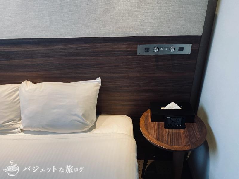 ブログ・口コミレビュー「ホテルアクアチッタナハ by WBF」(ベッド横のサイドテーブル)