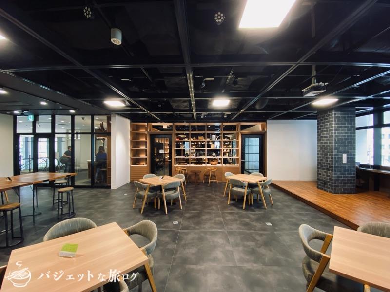 沖縄・タイムスビルにあるシェアオフィス・コワーキングスペース「howlive(ハウリブ)」(コミュニケーションエリアからデスクスペースを眺める)