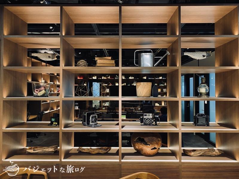 沖縄・タイムスビルにあるシェアオフィス・コワーキングスペース「howlive(ハウリブ)」(店舗中央のライブラリ)