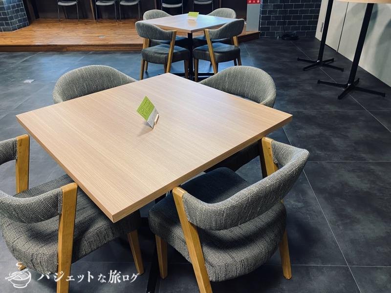 沖縄・タイムスビルにあるシェアオフィス・コワーキングスペース「howlive(ハウリブ)」(カフェのように雑談できる)