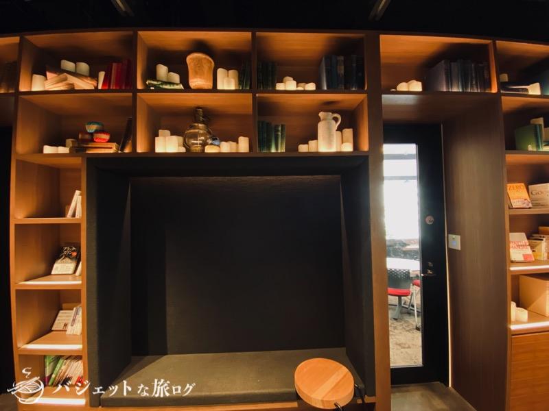 沖縄・タイムスビルにあるシェアオフィス・コワーキングスペース「howlive(ハウリブ)」(コンセントレーションエリアにある大きなライブラリ)