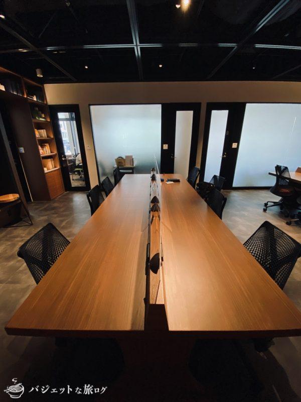 沖縄・タイムスビルにあるシェアオフィス・コワーキングスペース「howlive(ハウリブ)」(コンセントレーションエリアの中央デスク)