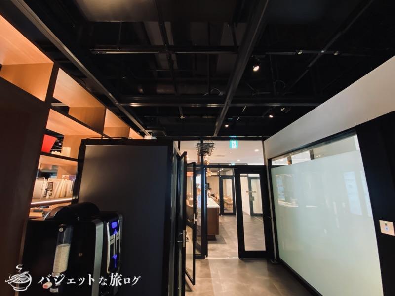 沖縄・タイムスビルにあるシェアオフィス・コワーキングスペース「howlive(ハウリブ)」(受付から左にあるエリア)