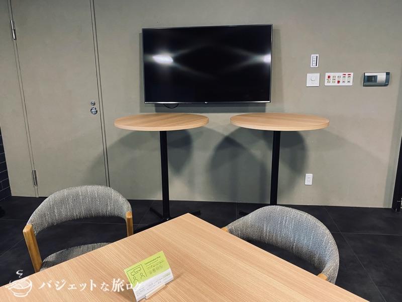 沖縄・タイムスビルにあるシェアオフィス・コワーキングスペース「howlive(ハウリブ)」(大きなTVモニター)