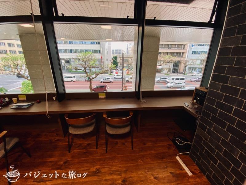 沖縄・タイムスビルにあるシェアオフィス・コワーキングスペース「howlive(ハウリブ)」(窓際の席も作業が捗りそう)
