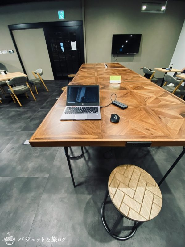 沖縄・タイムスビルにあるシェアオフィス・コワーキングスペース「howlive(ハウリブ)」(スタンディングでも使える大きなデスク)